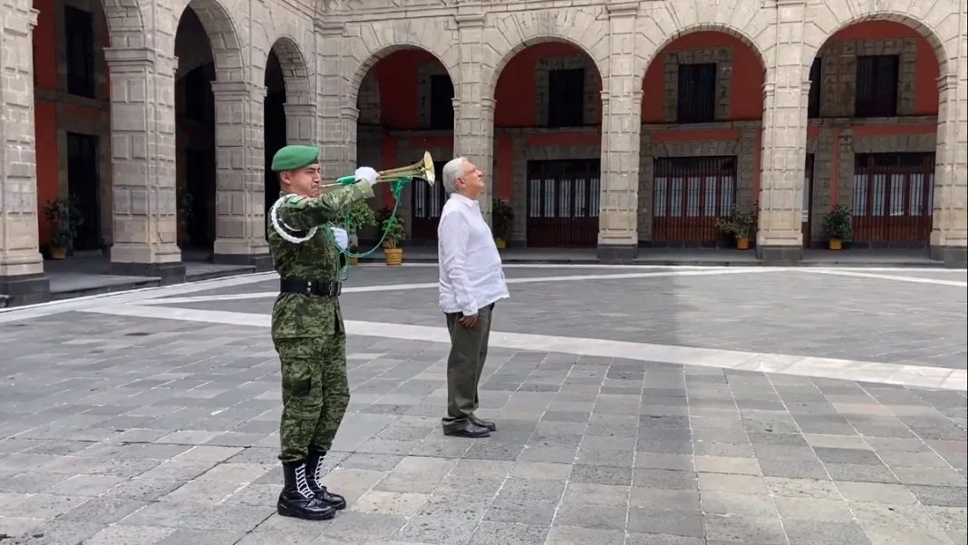 AMLO realiza toque de silencio en homenaje a los fallecidos por Covid-19 en México