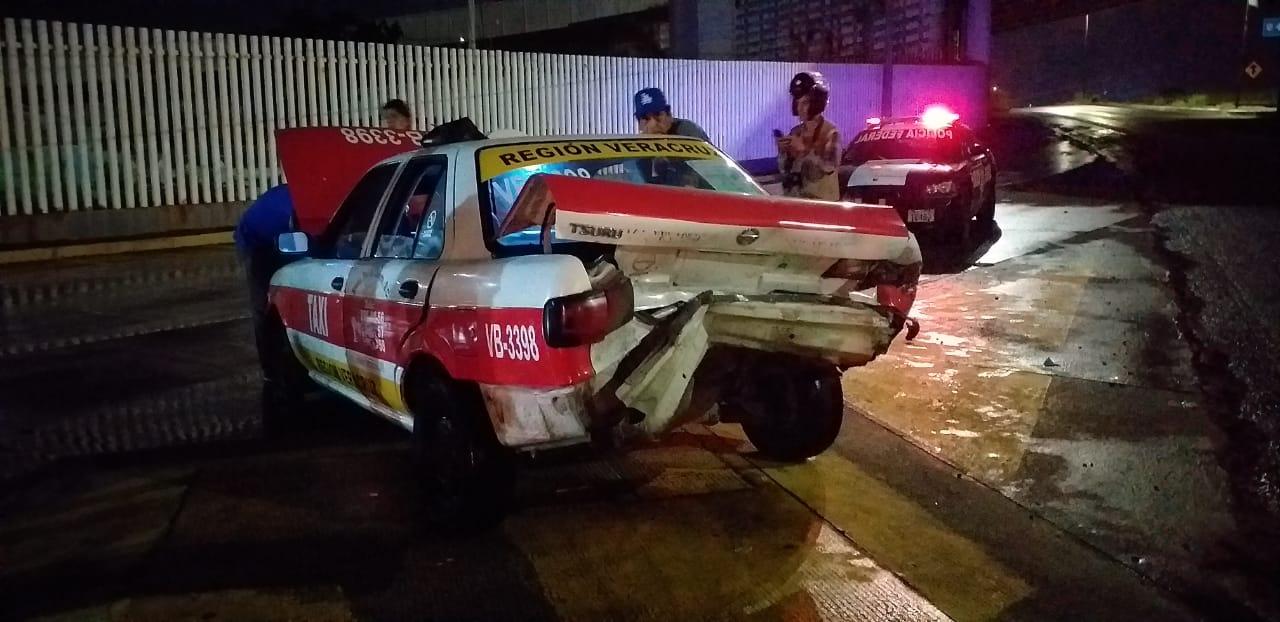 Choque frente a Policía Federal de Veracruz y por poco un tráiler se involucra en el accidente