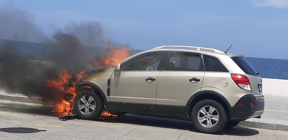 Se incendia camioneta de familia poblana