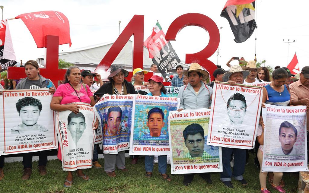 El presidente López Obrador muestra avances del Caso Ayotzinapa.