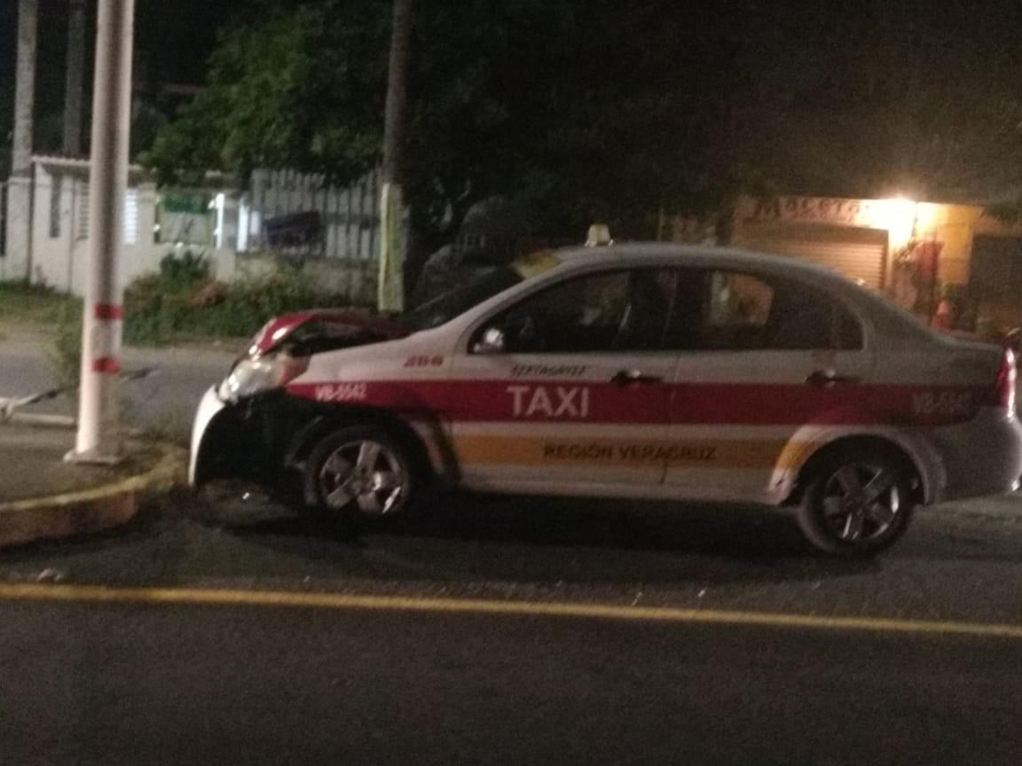 Taxista se impacta contra poste en la carretera a Medellín de Bravo