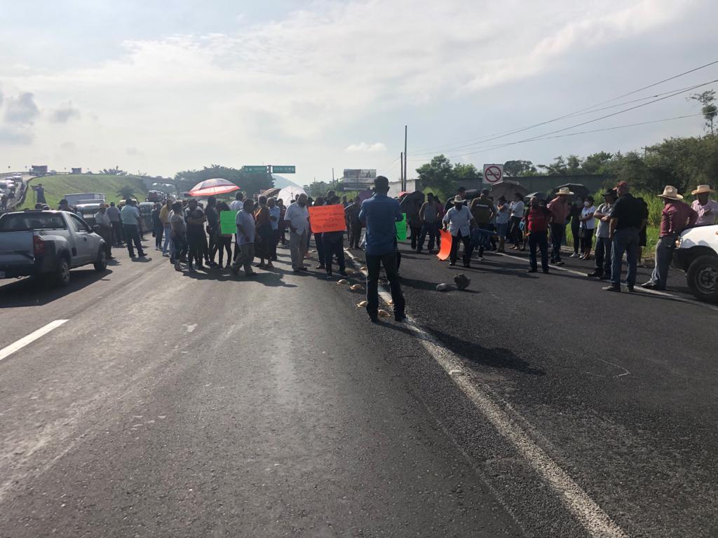 La carretera Xalapa-Veracruz queda bloqueada por manifestantes.
