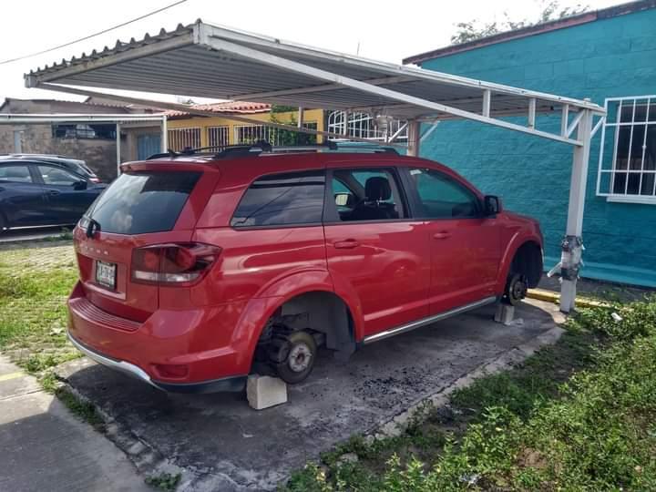 Roban llantas y dejan carros en ladrillos en Geo Villas del Puerto.