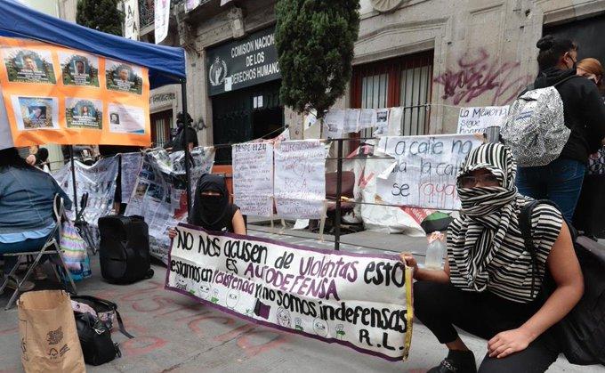 Van 15 días de manifestaciones feministas contra la CNDH