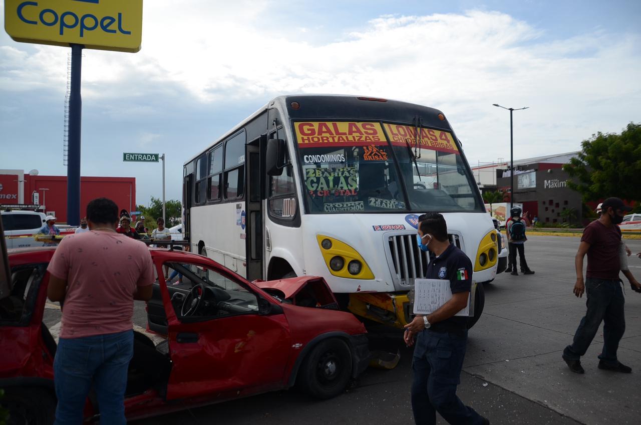 Deja dos lesionadas accidente con camión urbano en Soriana Pinos