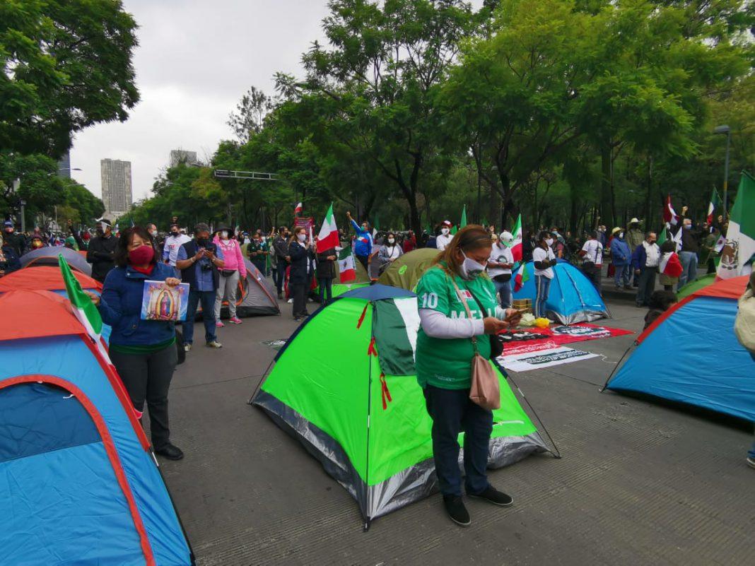 Policías impiden plantón de Frente Anti-AMLO en CDMX.