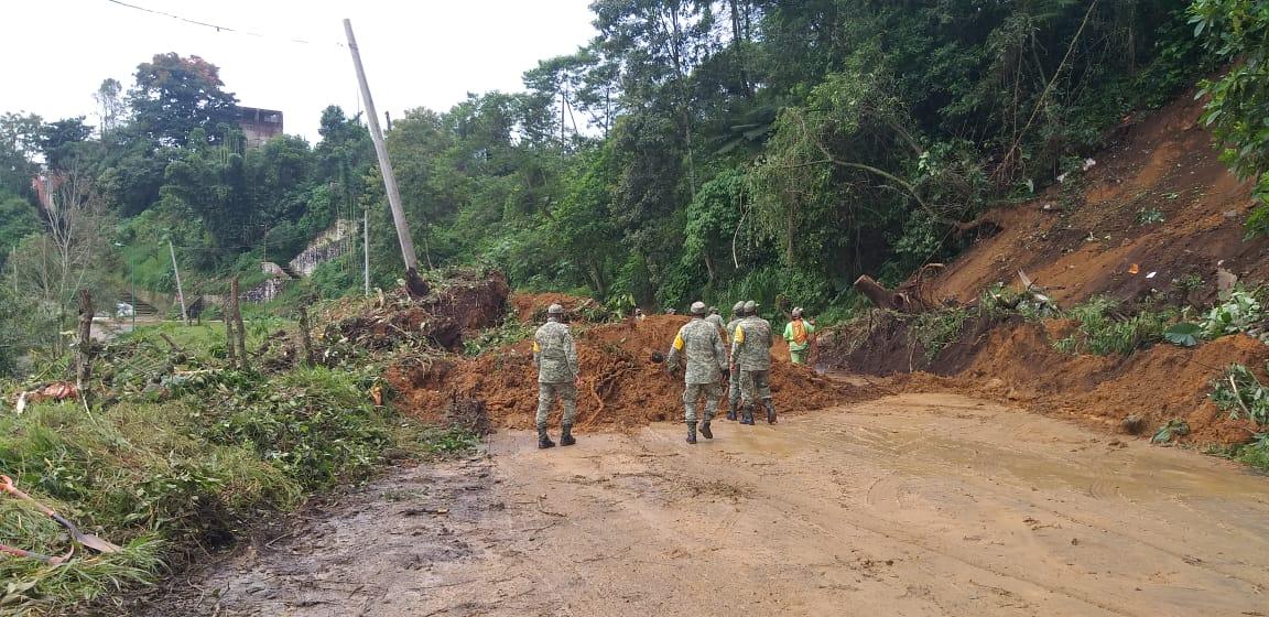 Militares auxilian a civiles durante fuertes lluvias