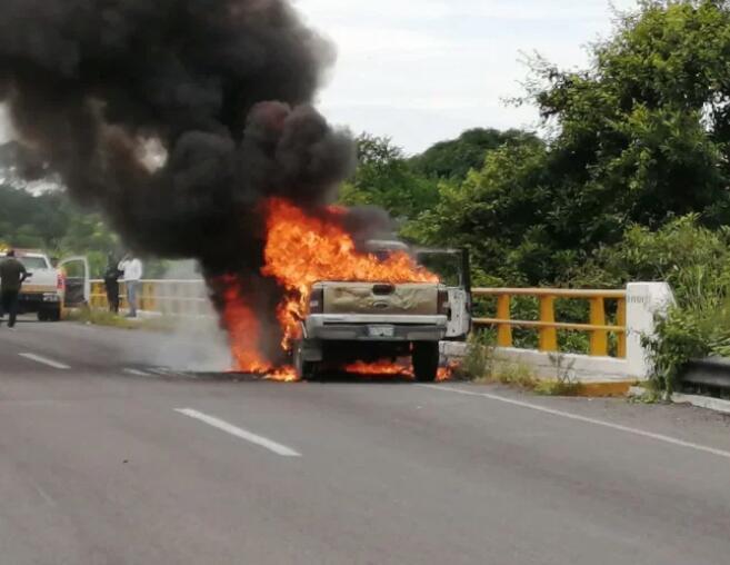 Se quema camioneta en carretera