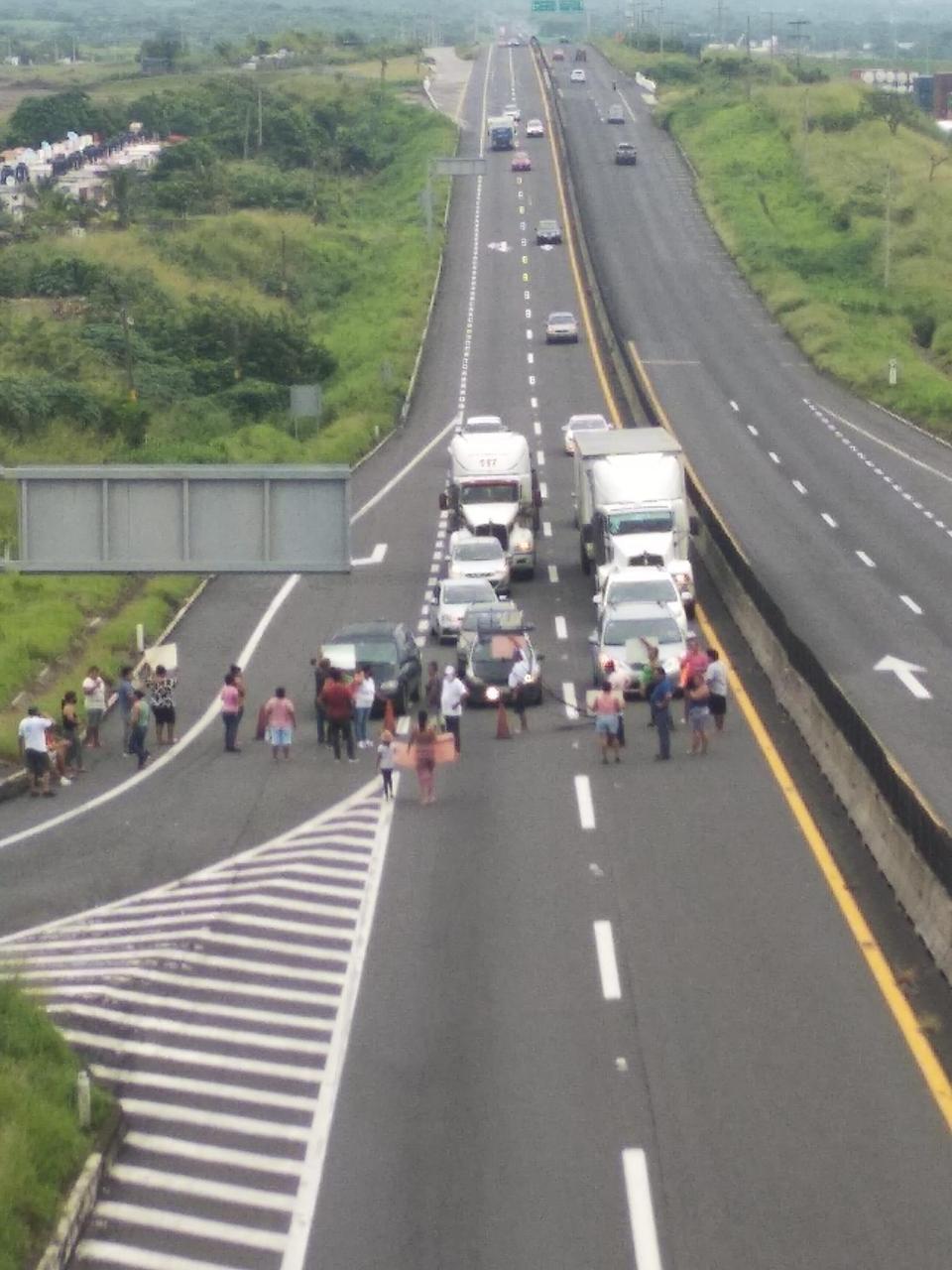 Habitantes bloquean autopista Veracruz-Cardel