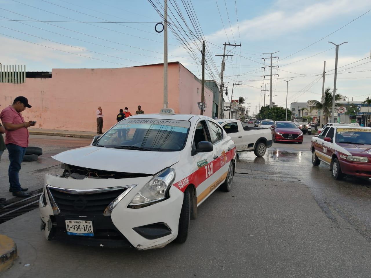 Conductor de Grupo MAS se pasa el alto y choca con un taxi