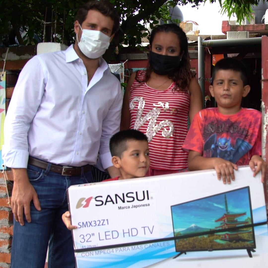 Bingen entrega pantallas a niños de escasos recursos