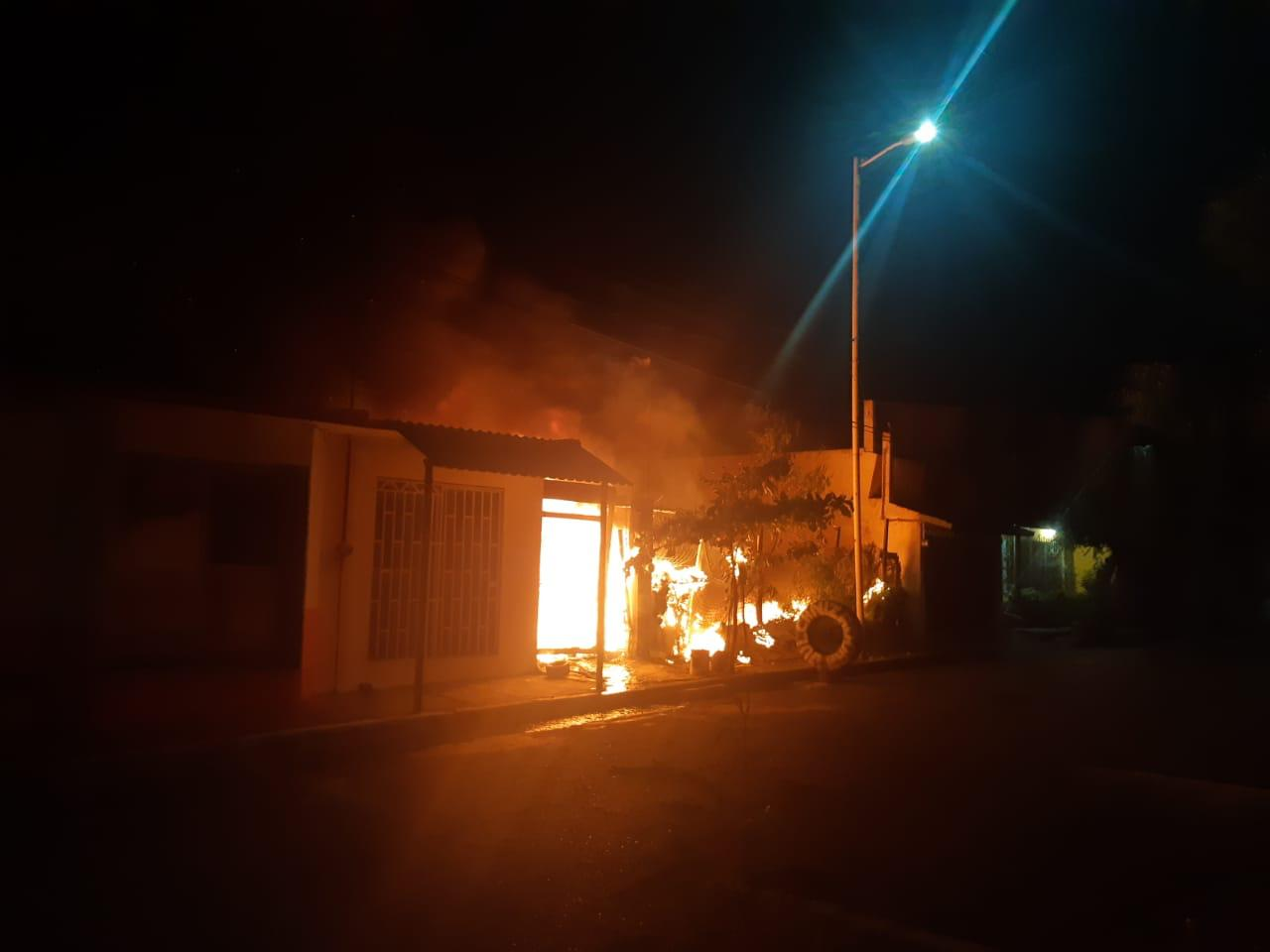 Incendio consume una vulcanizadora en la Revolución.