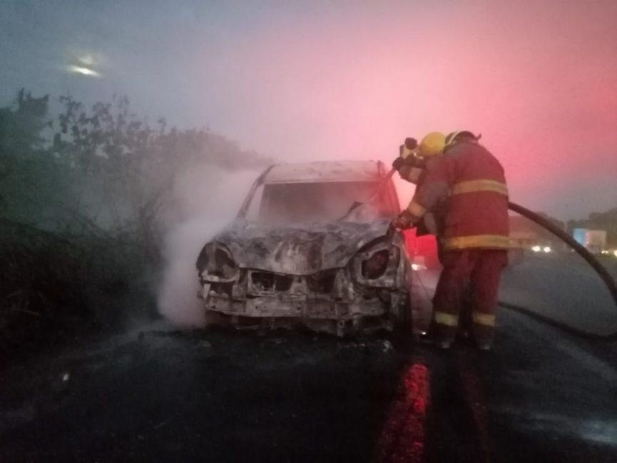 Arde camioneta cuando era remolcada por una grúa