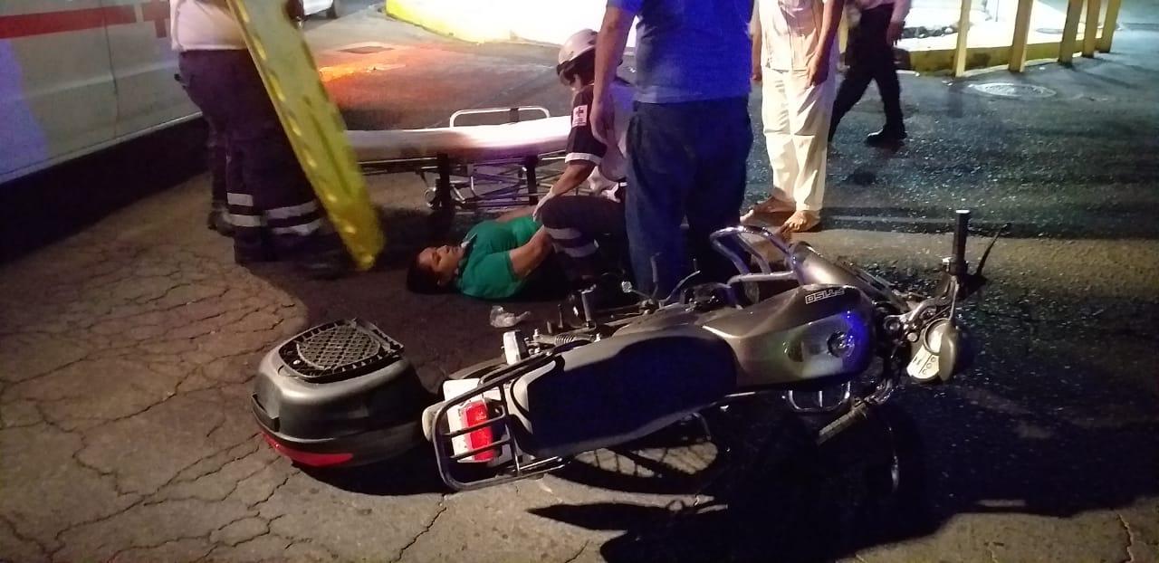 Arrolla motociclista a mujer.