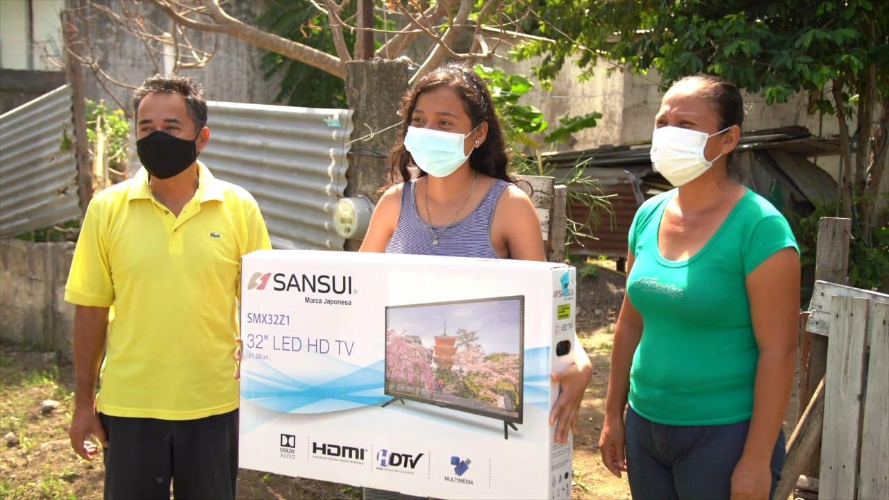 Bingen entrega pantallas y celulares a niños de escasos recursos