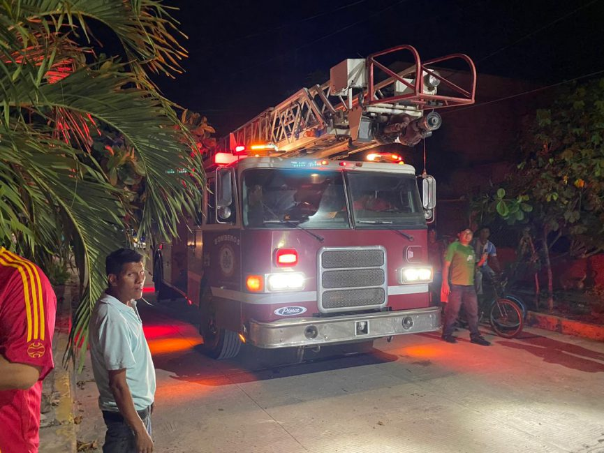 Vecinos sofocan incendio en colonia de Cardel