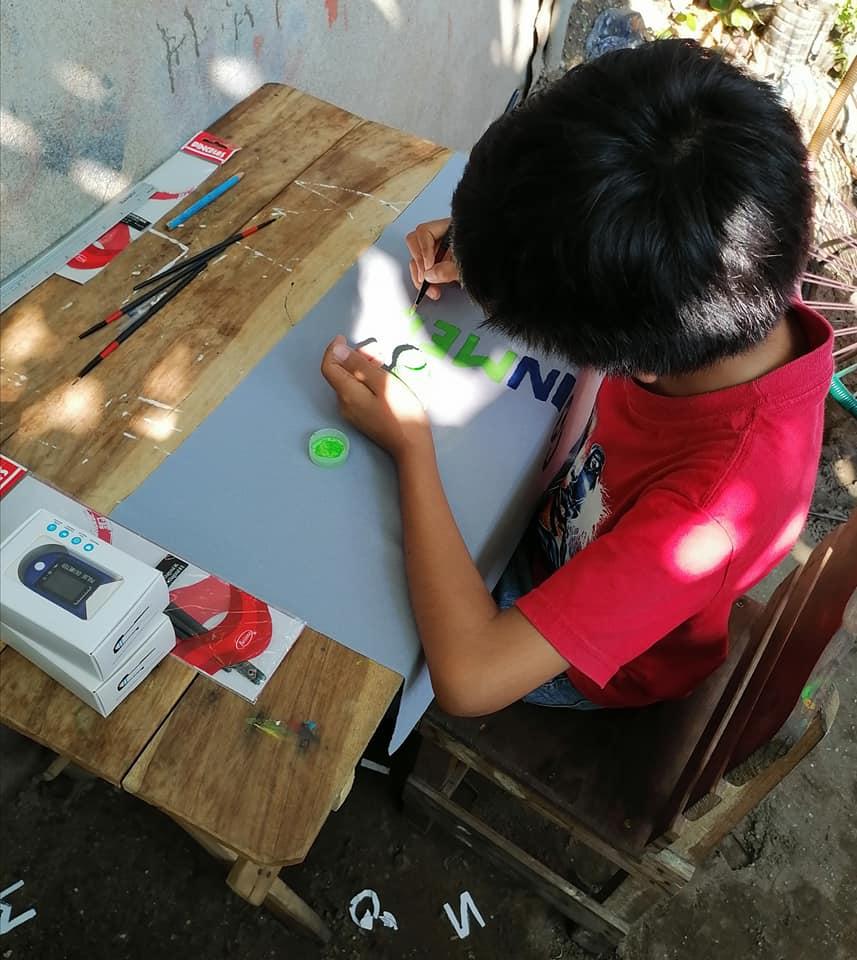 Niño hace mochilas para poder pagar sus estudios en línea