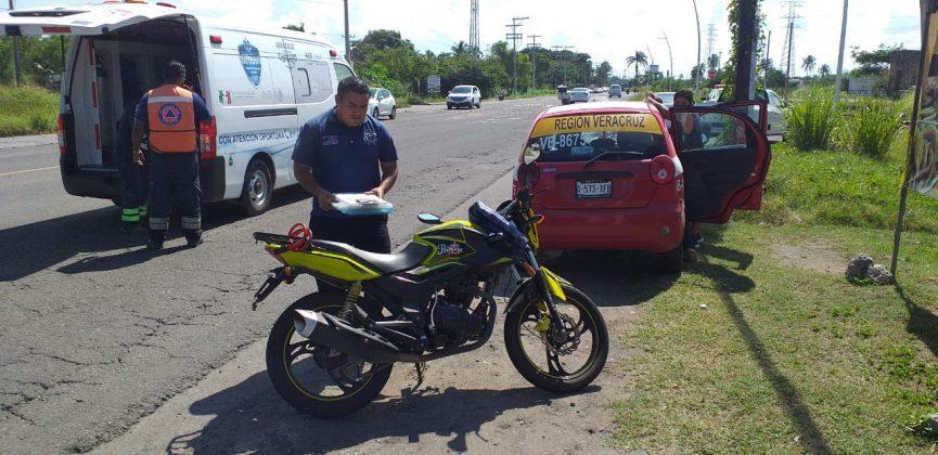 Taxi embiste a motociclista frente a Arboledas San Ramón