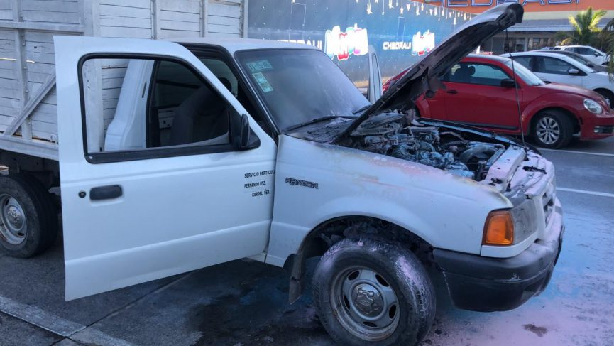 Se quema camioneta en estacionamiento comercial