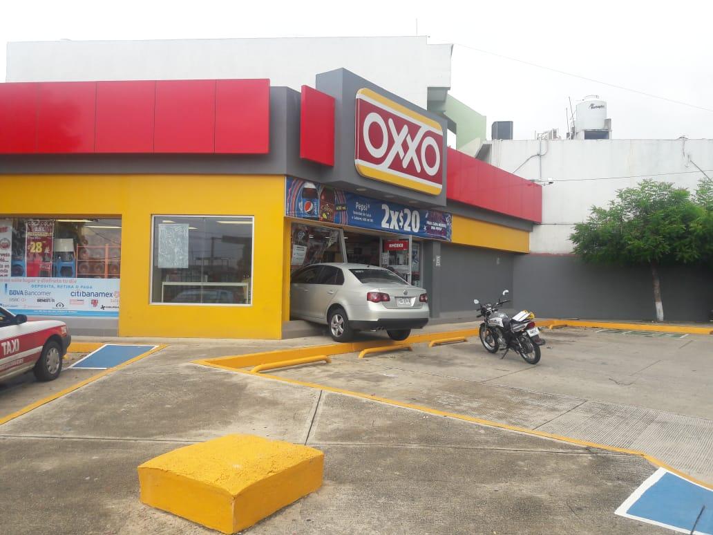 Conductora metió su automóvil al Oxxo