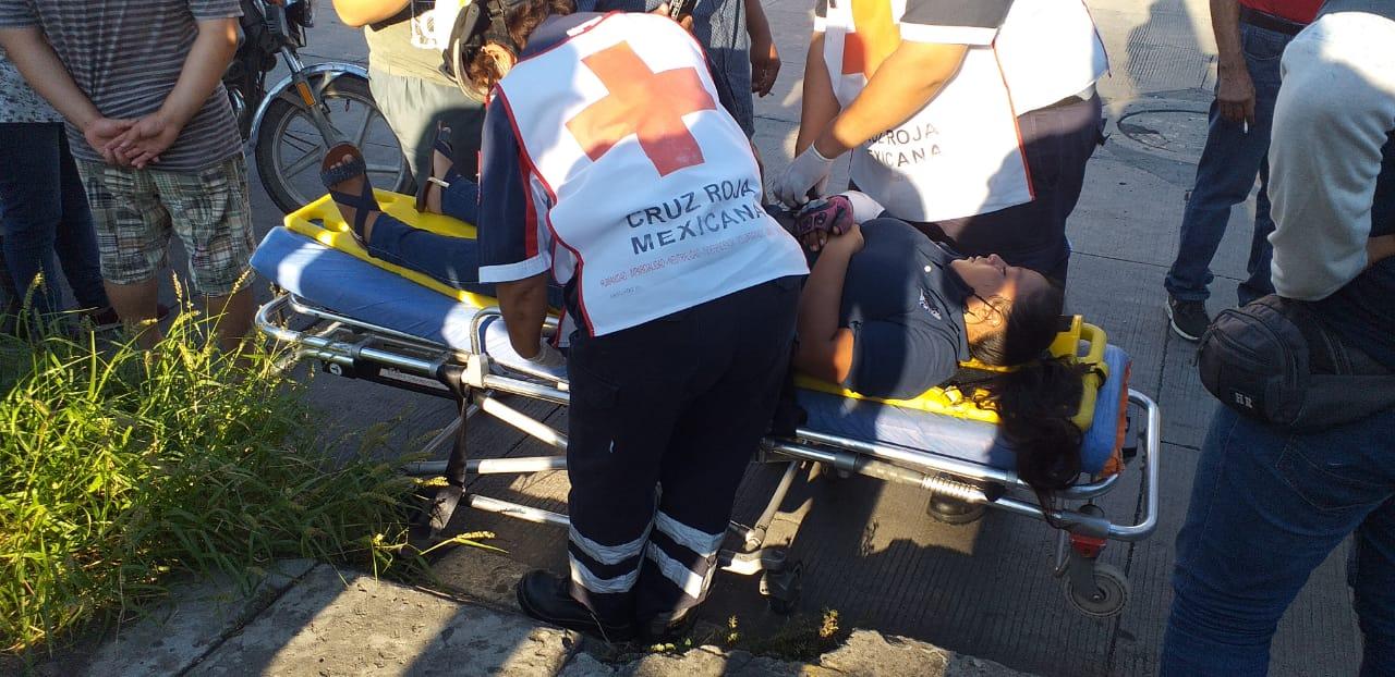 Derrapa repartidora en Díaz Mirón, termina en lesión.