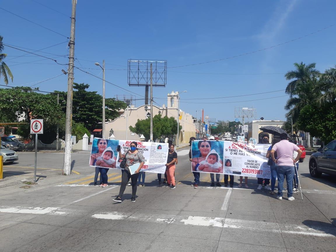 Se manifiestan y cierran vialidad en Boca del Río: exigen búsqueda de joven y su bebé
