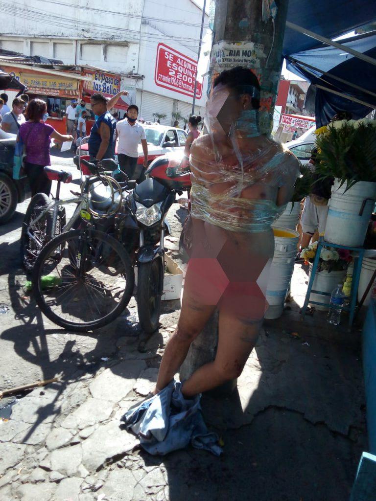 Golpean y amarran a ladrón en zona de mercados, en Veracruz