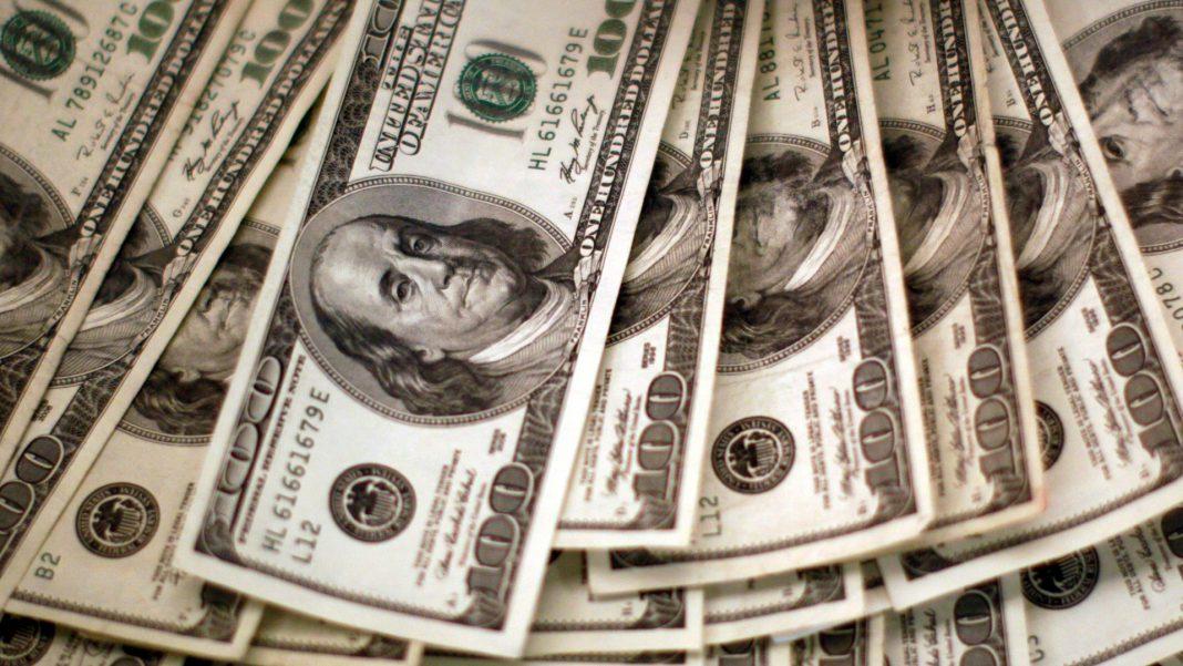 Dólar retrocede en su precio, hay temor en mercados financieros