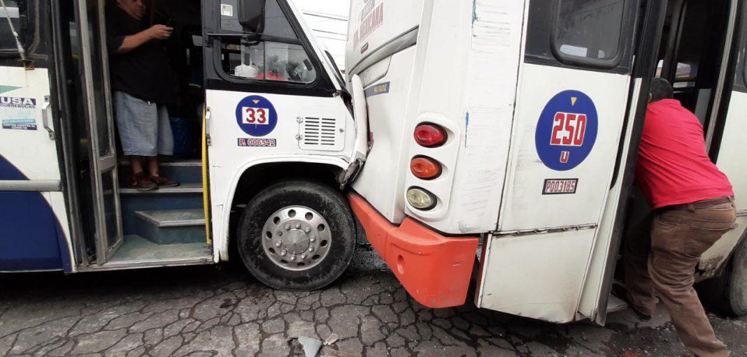Camión ruta Pochota se estrella contra otro urbano.