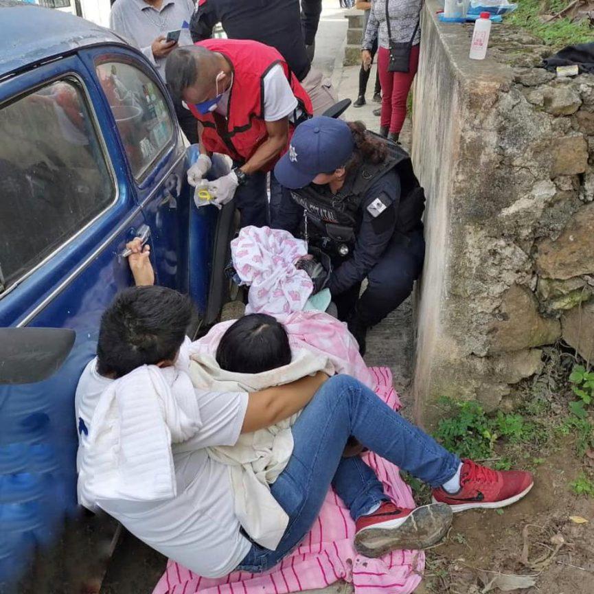 Policías apoyan a mujer a dar a luz en plena calle, en Estanzuela