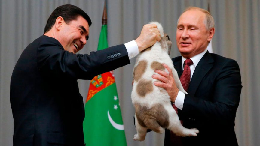 Presidente manda a colocar estatua de oro de su perro favorito