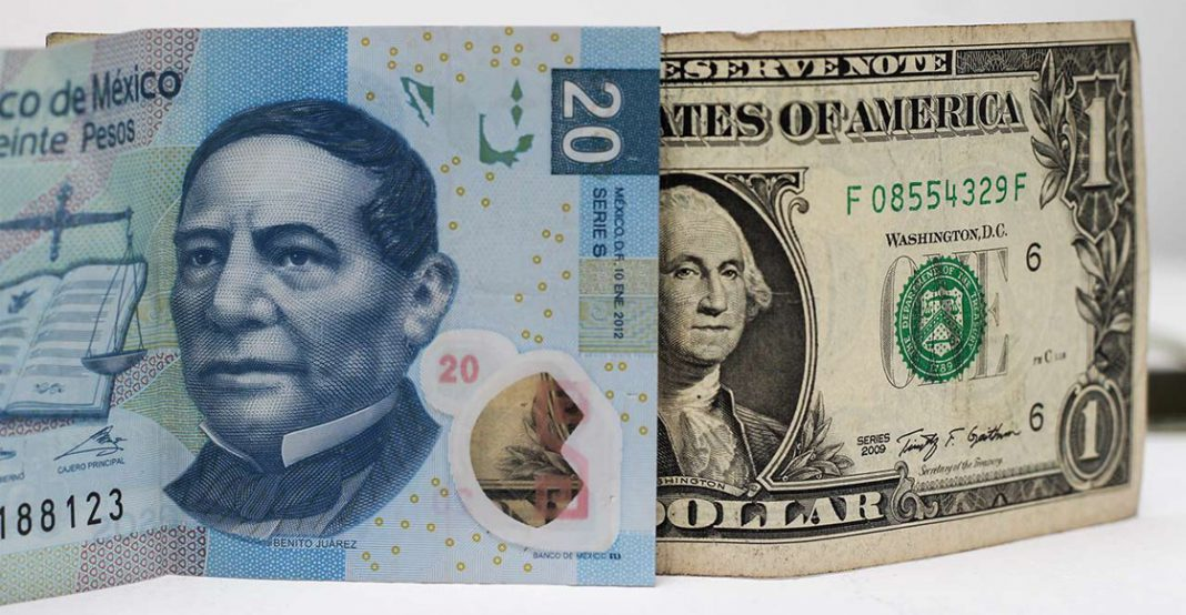 Peso mexicano cede ante el dólar este martes