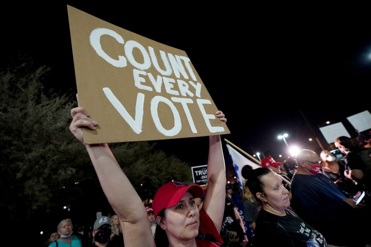 Elecciones EE.UU.: Manifestantes armados pro-Trump protestan en Arizona