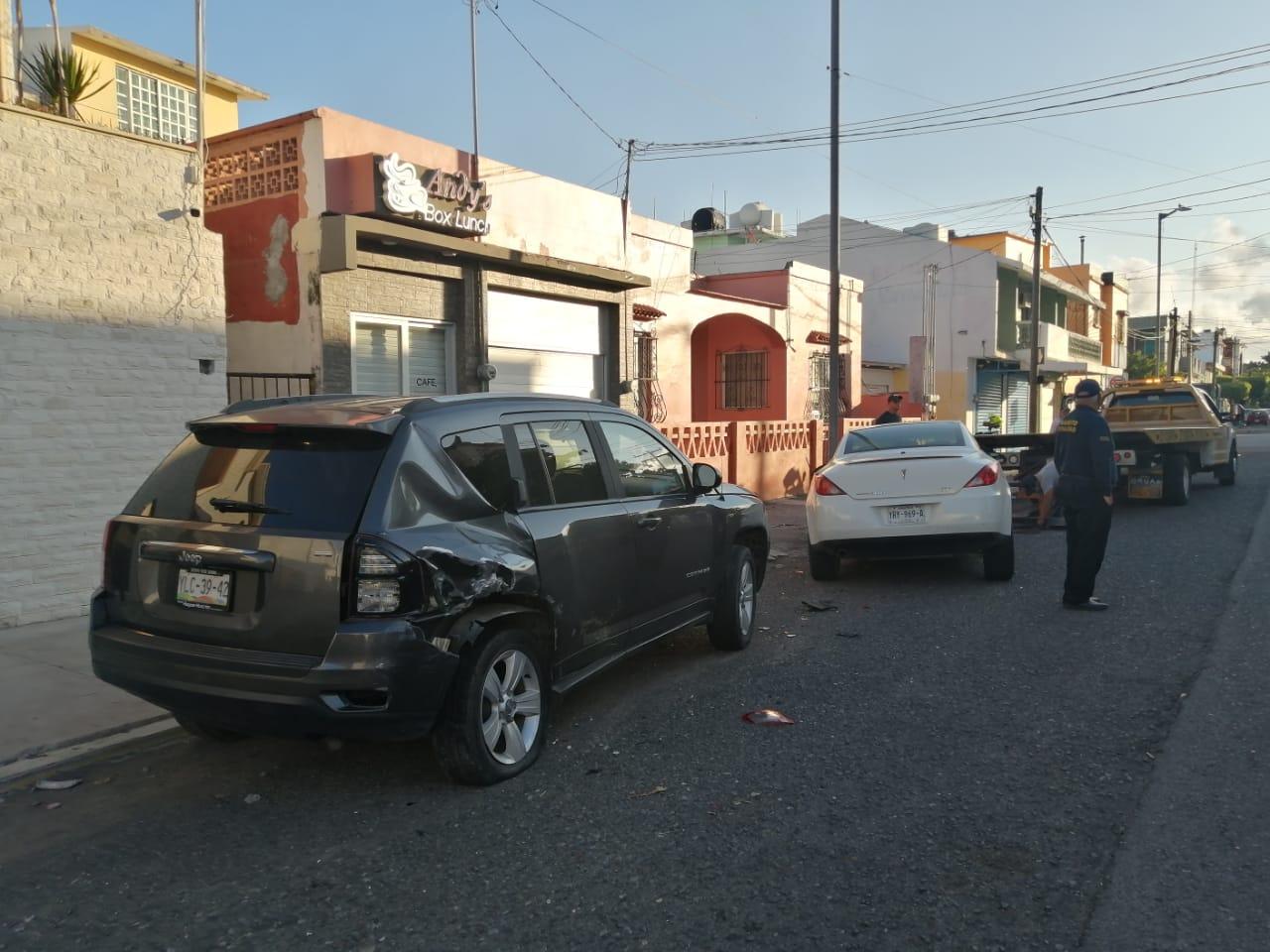 Choca contra camioneta estacionada en el centro de la ciudad
