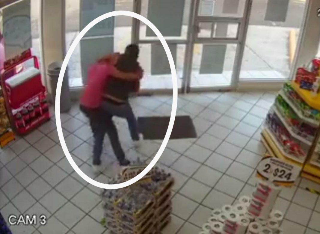 Ladrón fue sometido por cliente en tienda de autoservicio