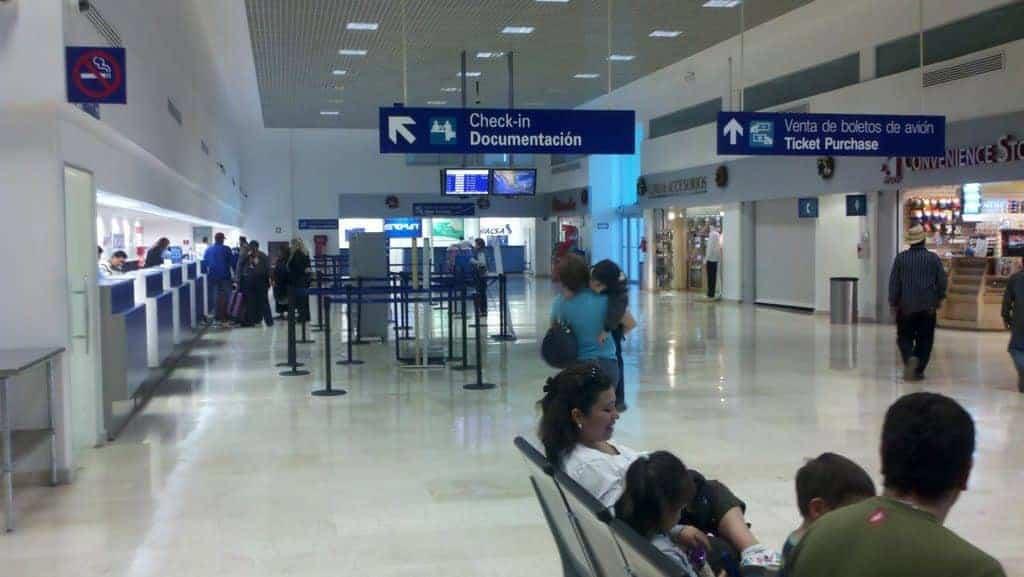 Quienes viajan a EU deben presentar prueba negativa de Covid -19