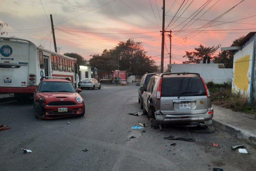 Conductor choca contra dos vehículos estacionados