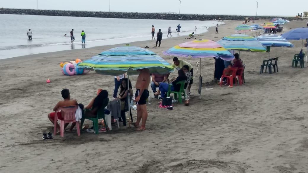 Pandemia golpea bolsillo de vendedores ambulantes en playas