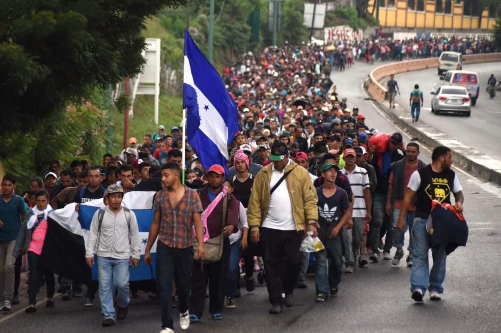 México pide a Honduras y Guatemala contener caravanas migrantes