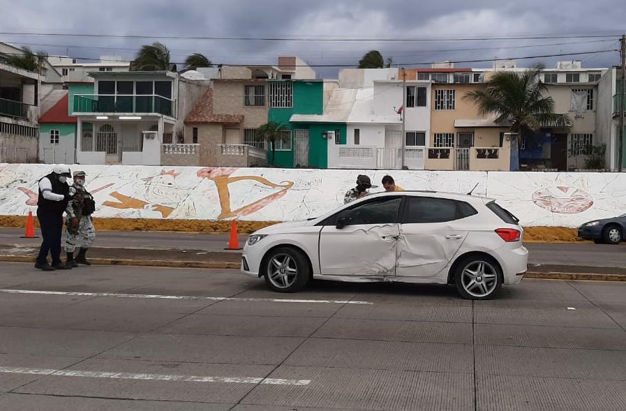 Auto choca contra luminaria en el bulevar Miguel Alemán
