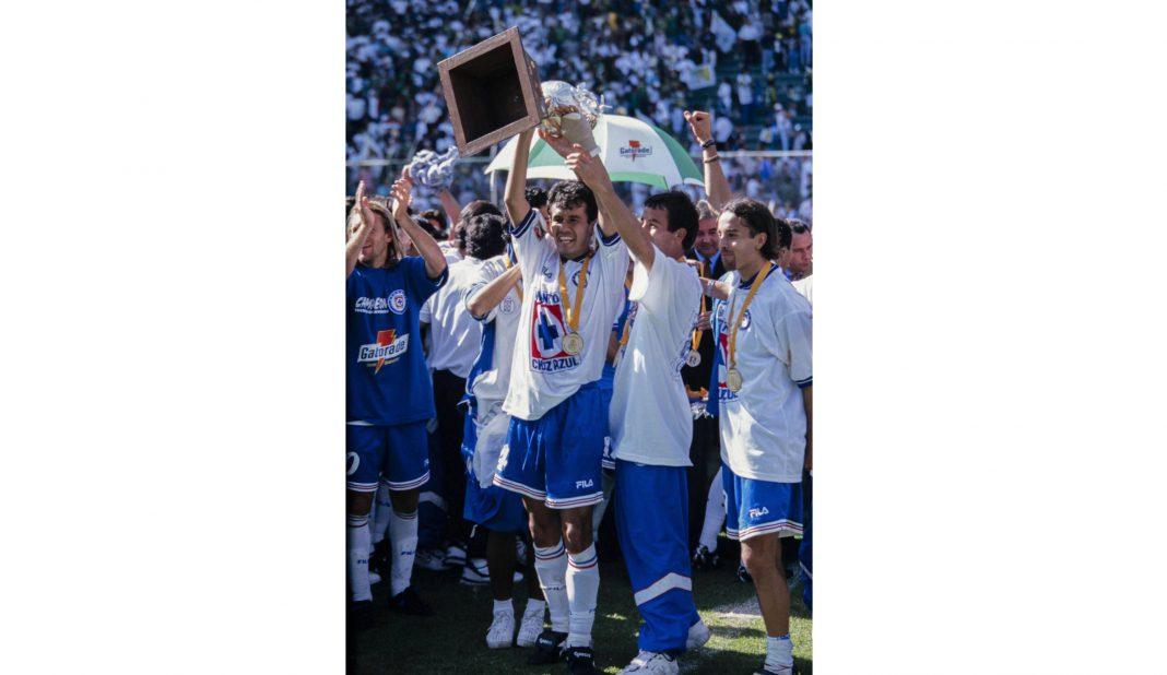 Reynoso levantó la copa en el último título de Cruz Azul