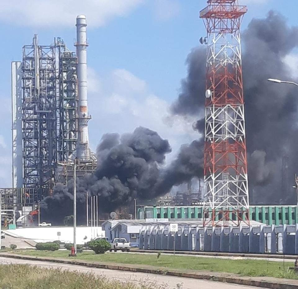 Se incendia el complejo Cangrejera en Coatzacoalcos