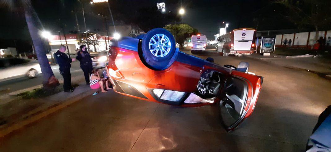 Conductora pierde el control de su camioneta y vuelca tras chocar