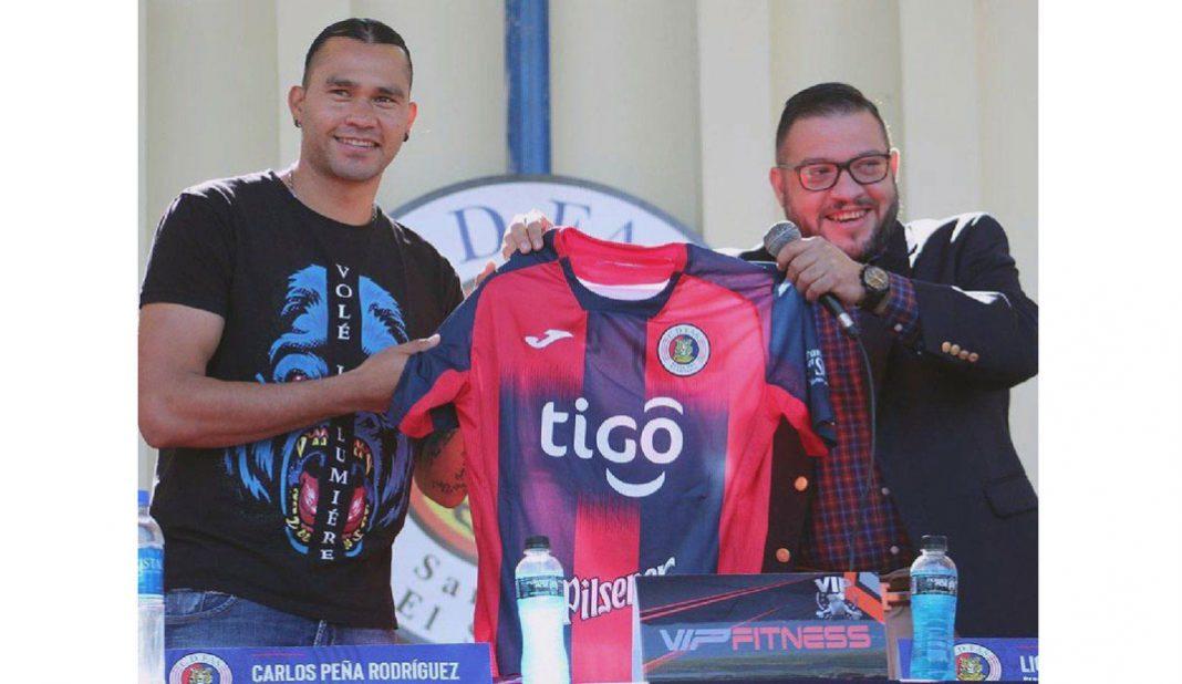 Gullit Peña es presentado con el FAS de El Salvador
