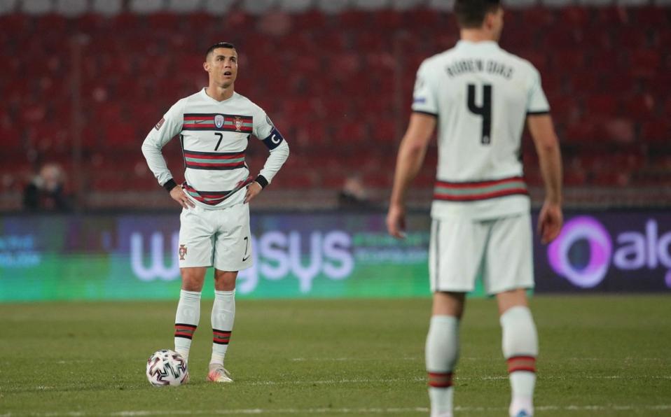 Árbitro comete un increíble error en el juego entre Serbia y Portugal