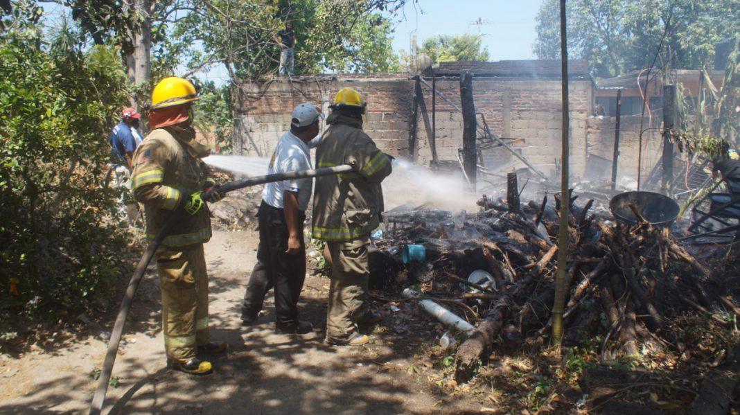 Incendio consume totalmente una casa en Villa Zempoala