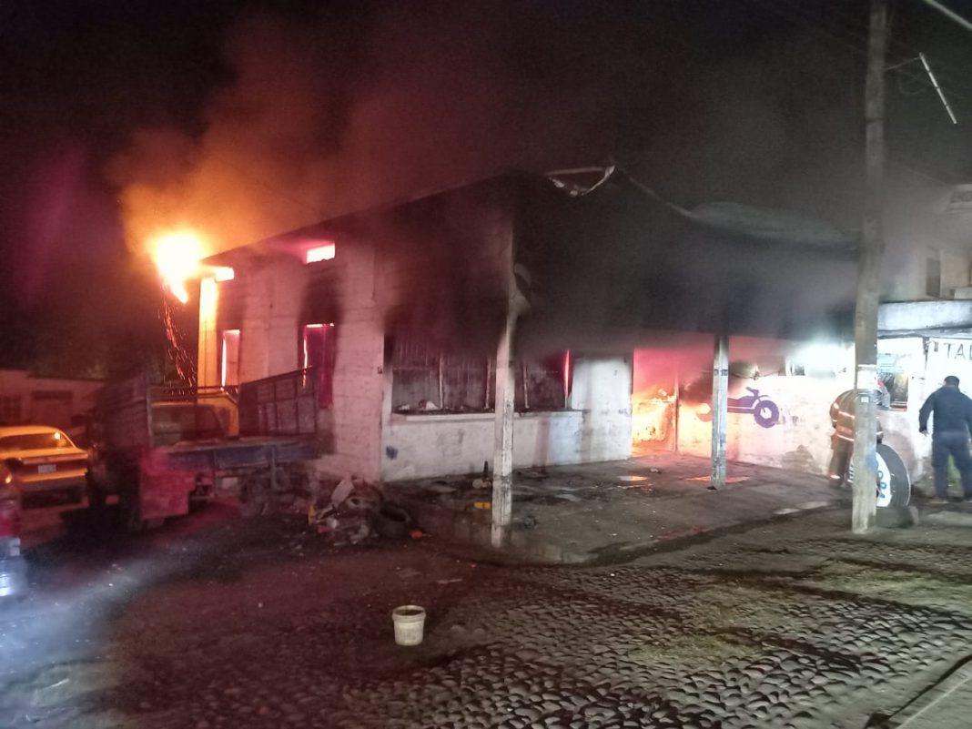 Se incendia un taller mecánico en Paso de Ovejas