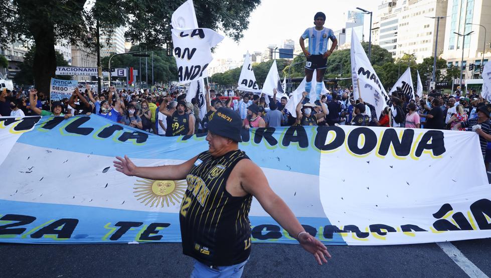 Cientos de personas se manifiestan en Argentina por la muerte de Maradona