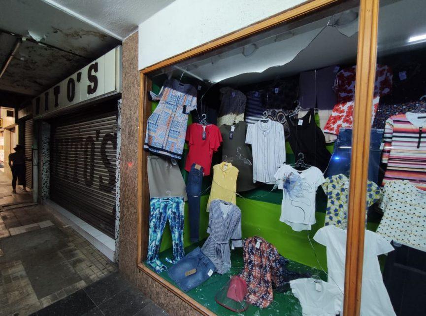 Sujeto aparentemente drogado rompe cristales de tienda de ropa y telas