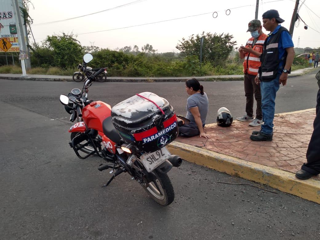 Mujer termina lesionada tras derrapar en la entrada a Puente Moreno